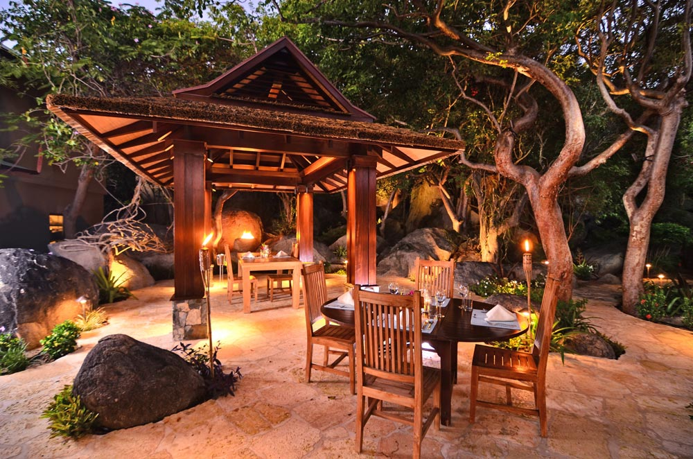 surfsong-villa-resort-courtyard-dining-area